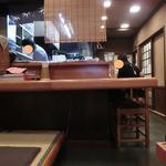 しば - 小上がりからカウンターと厨房を撮影。