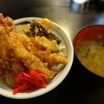天せ - 天丼(お味噌汁つき) 520円。天ぷらはもちろん揚げたて。甘めのたれに紅しょうががマッチします。このCPたまりません。