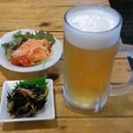 20780522 - セットのサラダと生ビール(550円)にお通しのひじき煮