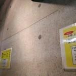 麺処 マゼル - この打ちっ放しのコンクリのような壁は何と壁紙です!