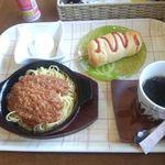 ベーカリーキッチン マハロ - ランチ 500円(ソーセージパン)