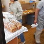 食パン工房 - 一斉に入ります