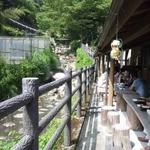 うつろぎ - 小川のせせらぎを見ながら川沿いにテーブル席