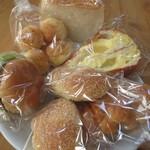 つるりんどう - 料理写真:食パン、モッチーズ、リンゴのパン、クリームパン、カレーパン、チキンカツバーガー。これで1000円ほどの会計。安い。