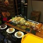 CUCINA 野菜とパン - 入口近くでパン販売中♪