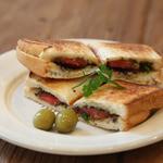 ケープルヴィル - 料理写真:アンチョビ・オリーブとフレッシュトマトのホットサンド