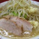 ラーメン二郎 - 料理写真:山盛りの野菜とこの豚が無性に食べたくなって