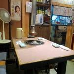 焼肉吾妻 - すべてテーブル席のこぢんまりとした空間