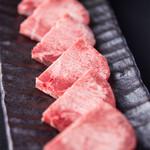 最強焼肉 カスミ - 厚切り牛タン塩。歯ごたえと味わいが人気の秘訣。