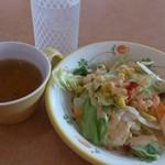サイゼリヤ - たっぷりサラダとおかわり自由なコンソメスープ