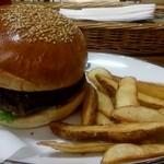 アームズ ピクニック - クラシックハンバーガー(レギュラー)とフレンチフライ(900円)