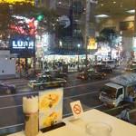 渋谷西村 フルーツパーラー - 窓側の席だと渋谷の雑踏が見渡せます。
