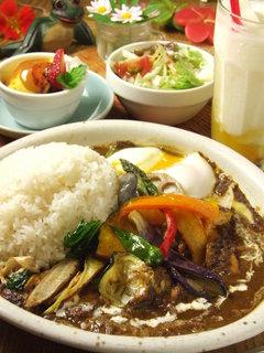 MOMO curry - 季節の素揚げ野菜ののったカレーとセットのマンゴーラッシー