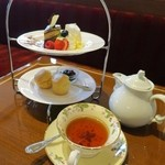 珈琲茶館 集 - 下段にはスコーン2個、上段にはケーキ3種類オペラ、チーズケーキ、クレームダンジュです