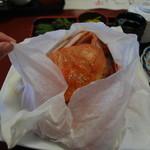 お食事処 さかゑや - 紙を破ると、かにが出てきたョヽ(´∀`)ノ