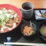 新勝丸 - 牛すじ旨煮丼¥500