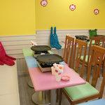 豚韓 - 昼はカフェをイメージした明るい店内。