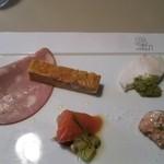 20833379 - 前菜                       サーモンとキウイ  ハム  パスタが入ったキッシュみたいなの。                       海老とズッキーニ?
