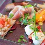 タンタローバ デル ミュゼオ 御殿場 - 「水牛のモッツァレラチーズとトマトのカプレーゼ」、「生ハムとルーコラ」、「ノルウェーサーモンのマリネ キノコ添え」、「豚フィレ肉のパイヤード」