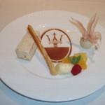 20843329 - 皿にマセラティのマークが描かれたデザート