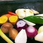 お好み焼き 神明 - 焼き野菜とカチョバロ~野菜を鉄板にオン♪~
