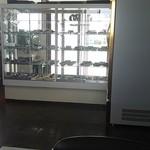 大平食堂 - お店の入口に据えられた常温品ケース 右の壁みたいに見えるのが冷蔵ケース