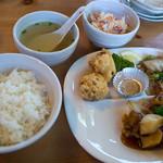 ハオチー - 「B定食」(1,200円)。メインは唐揚げ・黒酢スブタ、八宝菜。+ライス、サラダ、スープ、ドリンク、ごま団子という内容。
