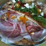 20868452 - ビスマルクとトマトとルッコラのピザのハーフハーフ