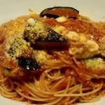 イタリア食堂TOKABO - モッツアレラチーズと揚げ茄子のトマトソースパスタ950円
