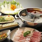小尾羊  - 料理写真:2680円のしゃぶしゃぶ食べ放題のコースでは美容と健康に良い3種の薬膳スープが付いてきます!