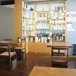 茶茶の間 - 爽やかな雰囲気の店内。