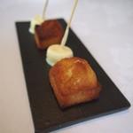 レストラン トエダ - 小菓子:フィナンシェ、ホワイトチョコレートでコーティングしたマシュマロ
