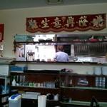 安東閣 - テーブル席から調理場を見た