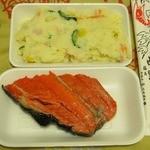 中野目屋 - 料理写真:ポテトサラダ¥130、特上紅鮭¥200