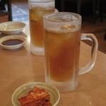 山水園 - 無料の冷たい麦茶と、付け合せのキムチ