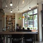 ライトハウスコーヒー - 開放感のある店内(2013/8)