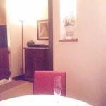 シェムラブルリス - 壁際のサーヴ用皿の棚