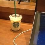 スターバックスコーヒー - 2013/08 カウンターには電源コンセントが完備されています