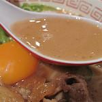 肉玉そば おとど - 牛豚鶏を長時間煮込んだラーメン業界初の『三獣スープ』だそうです。豚肉の甘辛い味が溶け出て、更に甘濃いカンジです。