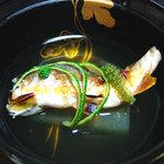 割烹 美加登家 - 清汁仕立て 子鮎 冬瓜 海ぶどう 口柚子 鮎の風味を引き立てる薄味です。
