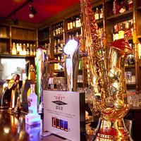 マンインザムーン - 本物のサキソフォンビールタワー