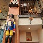 クルミドコーヒー - 旧東ドイツの南ザイフェンという村で作ったカラフルな色使いのくるみ割り人形(王様)