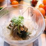 かもめ食堂 - お茄子をしっかり炊いたものをのせた素麺「鱧と加茂茄子のみぞれそうめん」