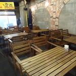 HATTI - 店内(テーブル席)