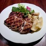 バール ボガ - 大山地鶏モモ肉のパリパリグリル(1500円)