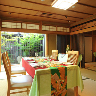 京都の一軒家の個室でフレンチコース料理を味わえる