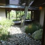 壺中庵 - 待合室からも中庭が見えます