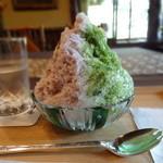 壺中庵 - 宇治抹茶・北海道チーズとハスカップのシロップ、抹茶わらび餅と北海道産あずきをトッピング 横から