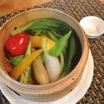 エンガワ カフェ&スペース - 季節の野菜の蒸籠。