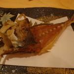 やすだや - アジのお刺身を食べた後、油で揚げて、せんべいにしてくれます。